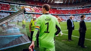 Manuel Neuer luce el brazalete de la discordia.