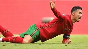 Cristiano Ronaldo protesta una falta en el partido ante Alemania.