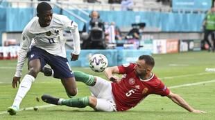 Dembélé intenta marcharse de Fiola en el partido entre Francia y...