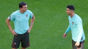 Palhinha y Cristiano Ronaldo conversan durante un entrenamiento con...