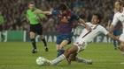 Alessandro Nesta intentando robarle el balón a Leo Messi en un...