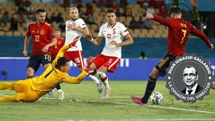 Morata dispara a portería en el partido ante Polonia.