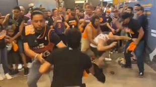 Momento de la pelea entre los aficionados