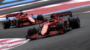 Sainz, pasando a Leclerc en los primeros compases del Gran Premio de...