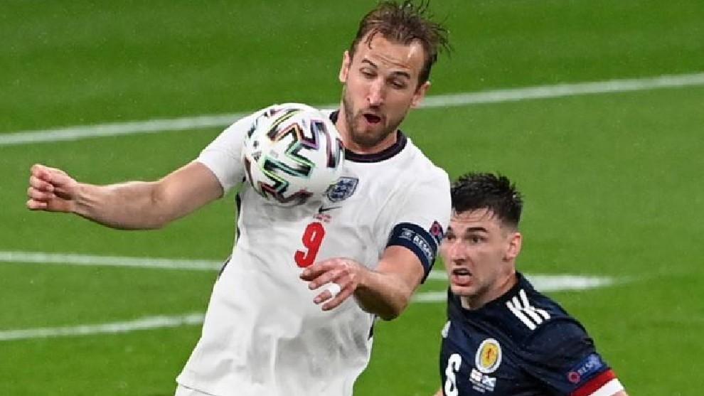 Kane controla un balón ante Tierney.