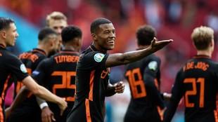 Wijnaldum celebra uno de sus dos goles.
