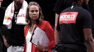 Becky Hammon, técnico asistente de los Spurs