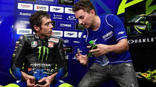 Jorge Lorenzo charla con Valentino Rossi.
