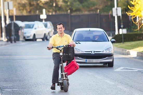 Un hombre circula en un vehículo de movilidad personal.