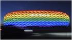 El Allianz Arena iluminado con los colores de la bandera arcoíris.