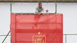 Luis Enrique , en el andamio viendo el entrenamiento de la selección