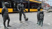 La estatua de Puskas dando toques a un balón junto a unos niños en...