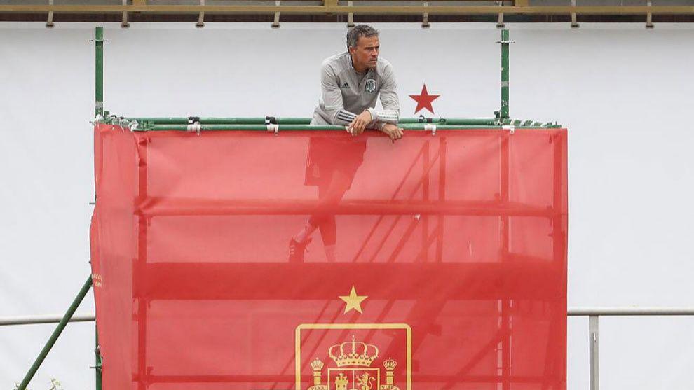Luis Enrique, en el andamio durante un entrenamiento.