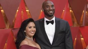 Vanessa Bryant con su marido Kobe en la alfombra roja de los Oscar