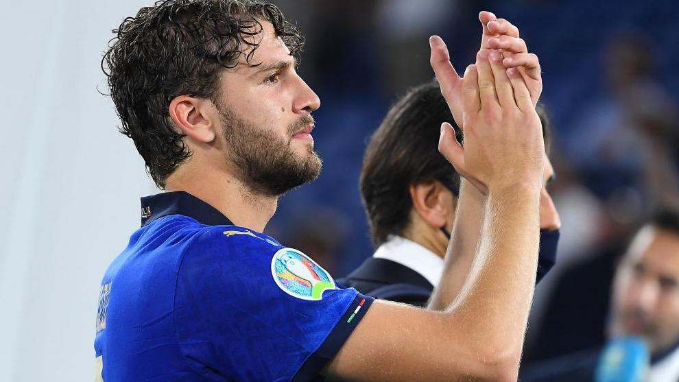 Locatelli aplaude tras la clasificación de Italia para octavos de la Eurocopa.