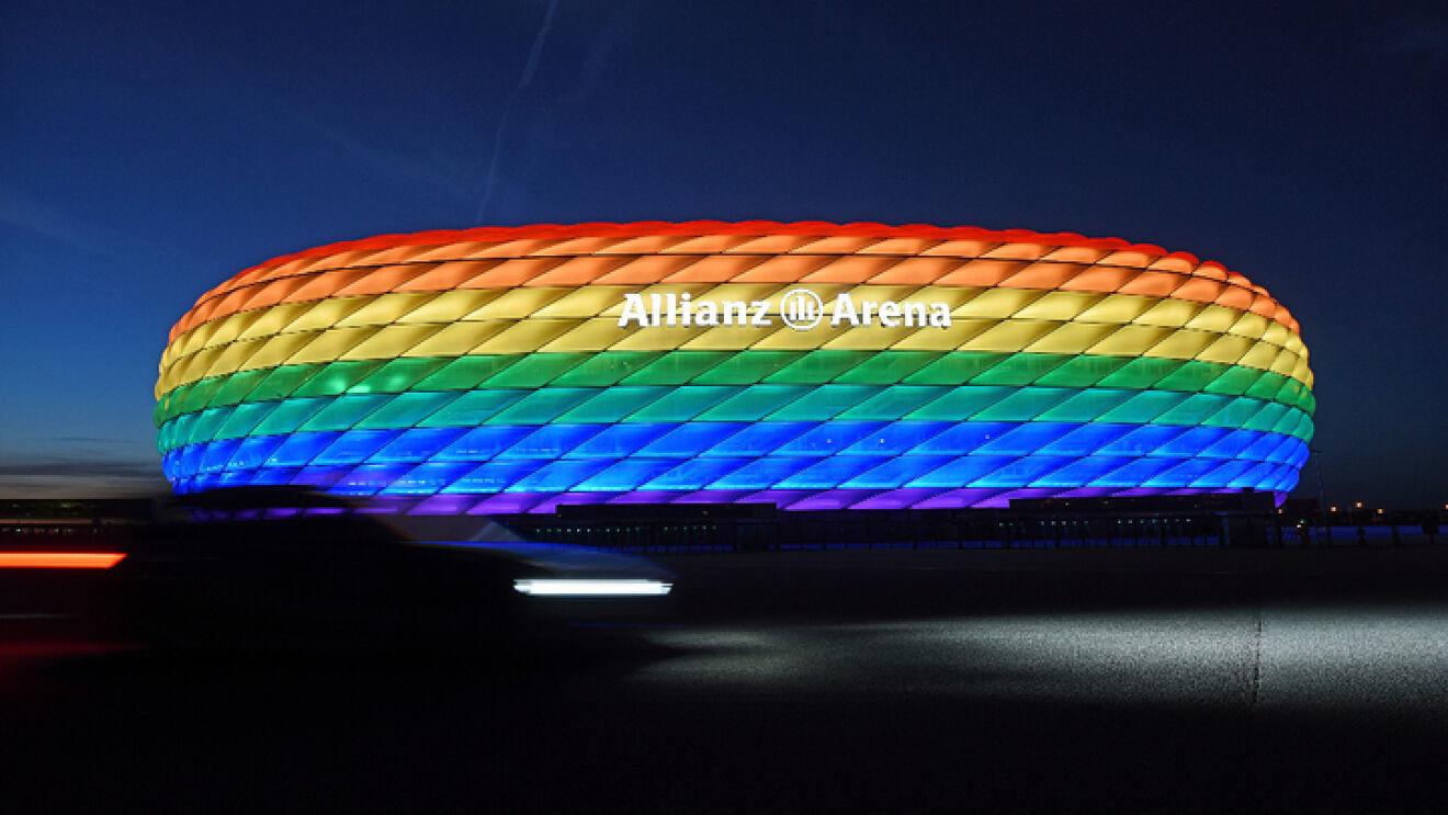 Allianz Arena iluminado con los colores de la bandera LGTB