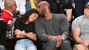 Kobe Bryant y su hija Gigi en un partido de la NBA.