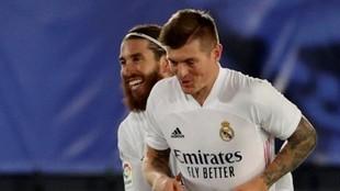 Ramos abraza a Kroos en un partido con el Real Madrid.