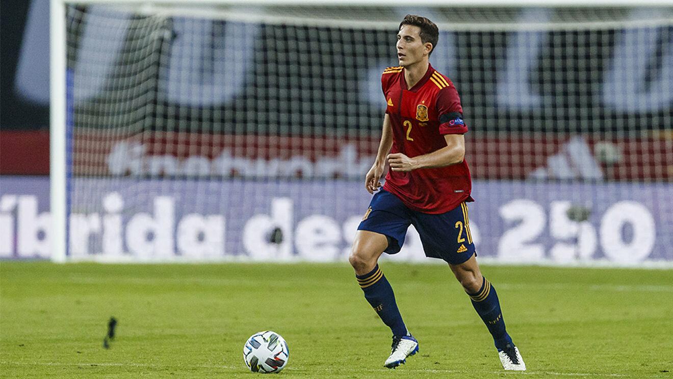 Pau Torres conduciendo el balón con la selección española.