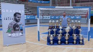 Pola, con los trofeos que ha ganado en sus años en el Movistar Inter