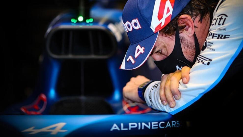 Fernando Alonso, observando el habitáculo de su Alpine A521.