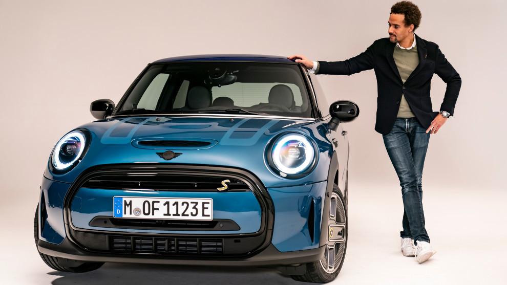 El jefe de diseño de Mini, Oliver Heilmer, con el Mini Cooper SE...
