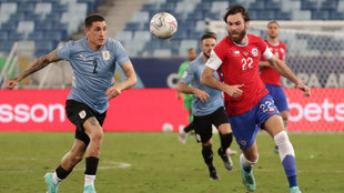 Brereton pugna con Giménez durante el Uruguay-Chile.