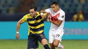 Campana y Yotún, en disputa del esférico en la Copa América.