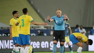 Polémico gol de Brasil ante Colombia.