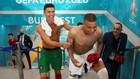 Cristiano Ronaldo, sonriente, agarra a Mbappé en el túnel de...