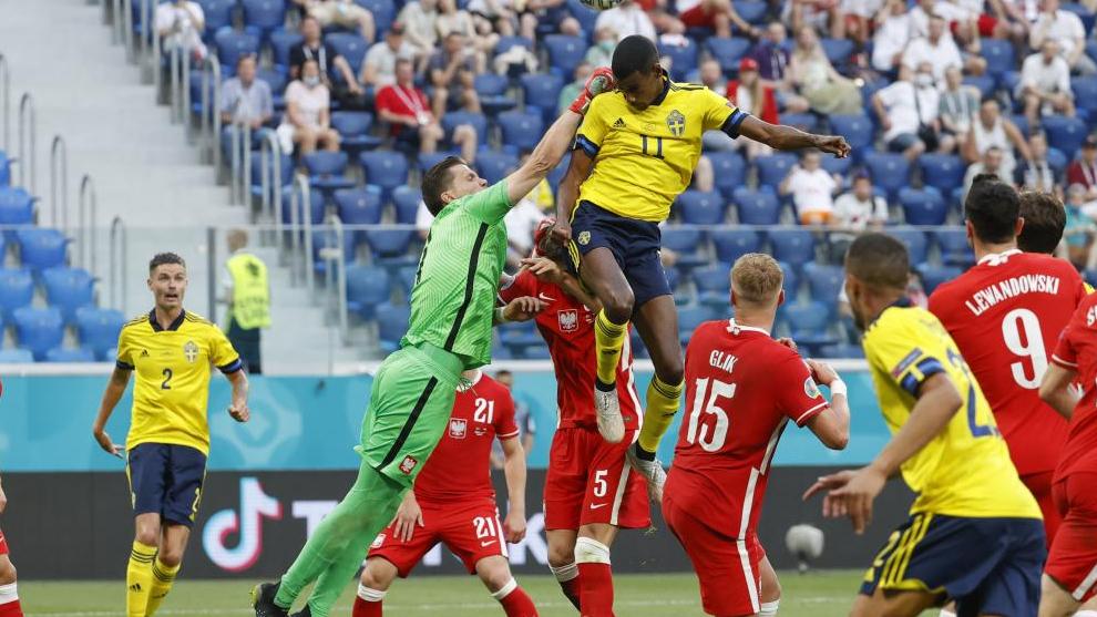Alexander Isak, durante el partido ante Polonia de la fase de grupos.