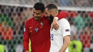 Cristiano Ronaldo y Karim Benzema se saludan tras el Portugal -...