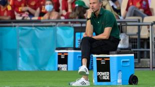 Imagen de Luis Enrique sentado sobre la nevera durante el partido...