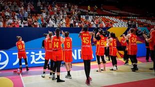 Las jugadoras de la selección agradecen el apoyo del público tras...