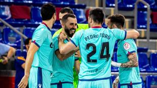 Los jugadores del Levante celebran uno de los goles