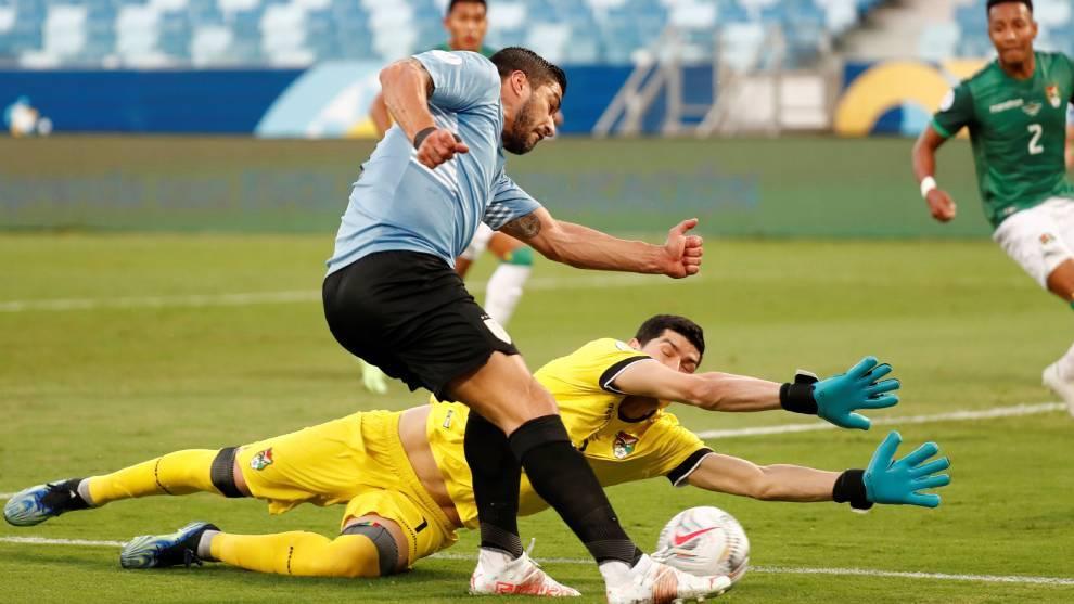 Un gol en propia puerta adelanta a Uruguay