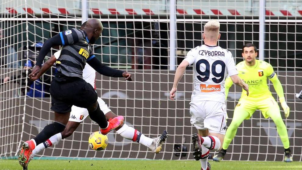 Lukaku dispara a puerta en un partido de la Seria A del Inter ante el Genoa.