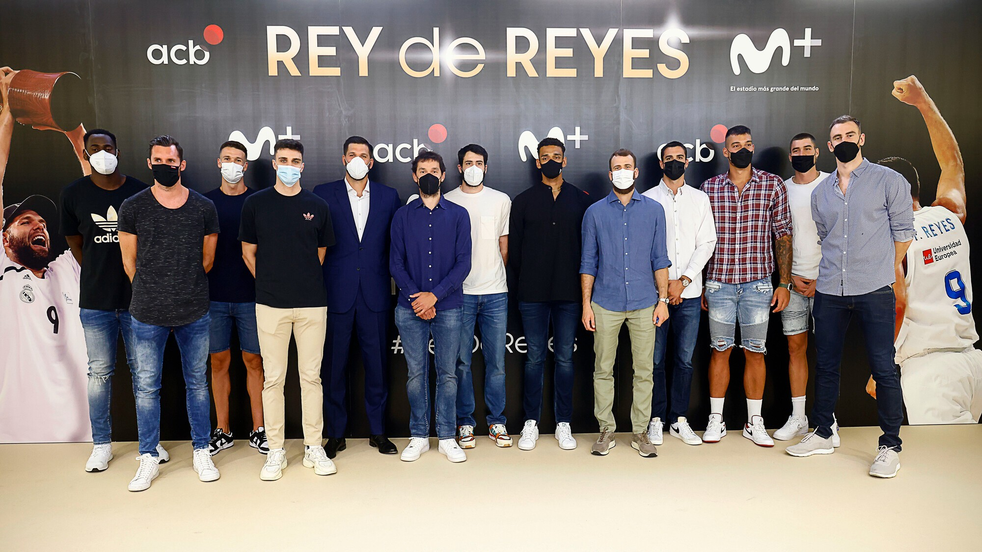 The players of the Spanish team, together with Felipe Reyes, in the presentation of the report.