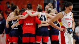 Maite Cazorla, cabizbaja, mientras las jugadoras rusas celebran el...