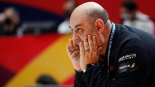 Lucas Mondelo da instrucciones durante el partido ante Rusia.