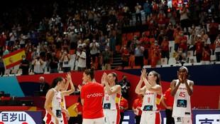 Las jugadoras de la selección femenina reciben la ovación de la...