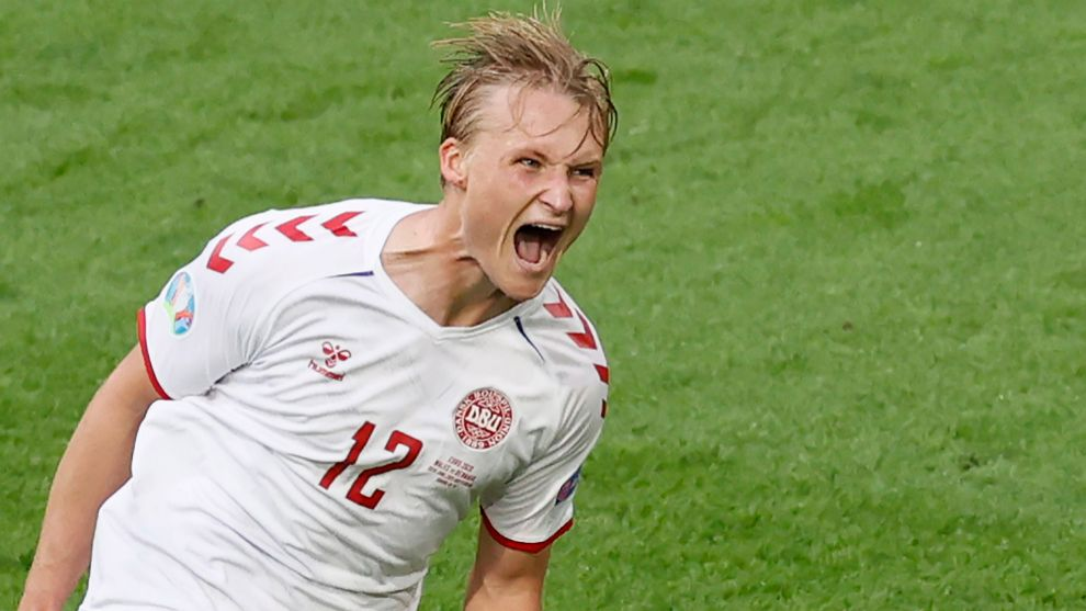 Kasper Dolberg celebra uno de los dos goles que marcó ante Gales