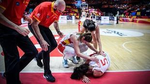 Cristina Ouviña, atendida tras recibir un golpe en la cara.
