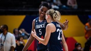 Miyem y Johannes celebran una canasta de la selección francesa.