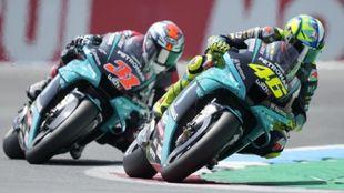 Valentino Rossi, delante de Gerloff en Assen.