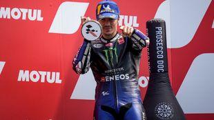 Maverick Viñales, en el podio de Assen.