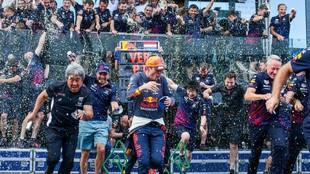 Red Bull, celebrando por todo lo alto la victoria en su casa.