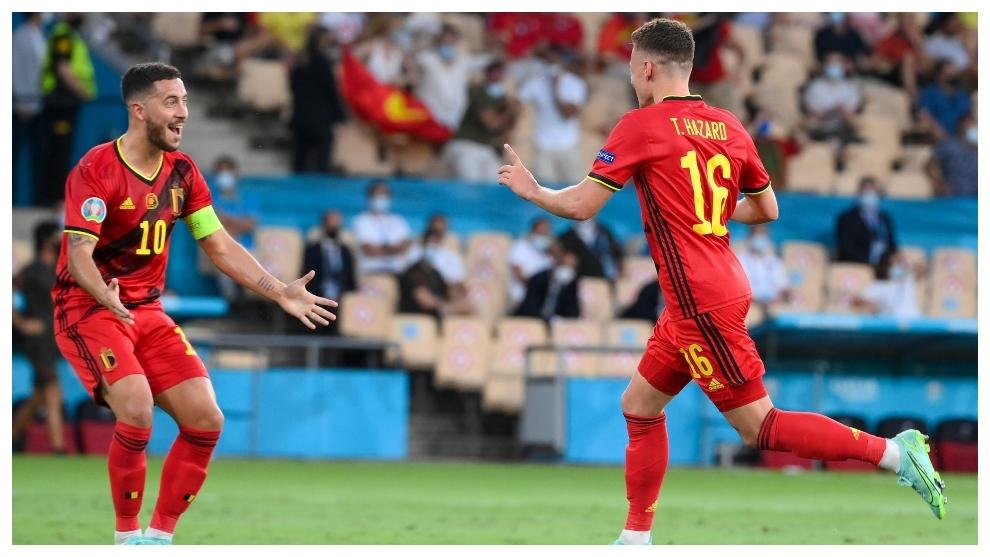 Thorgan Hazard corre a celebrar el gol junto a su hermano Eden.