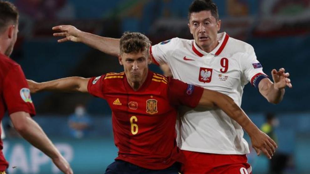 Marcos Llorente pugna un balón con Lewandowski.