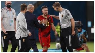 Eden Hazard se retira lesionado contra Portugal.